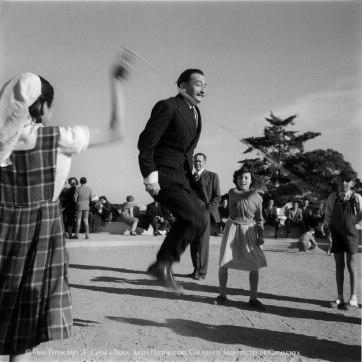 Сальвадор Дали в Парке Гуэль. Барселона, 1953