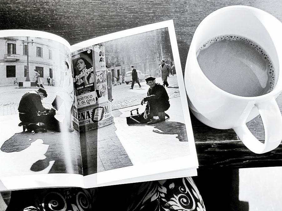 Пить кофе в уютном кафе с книгой фотографий Франсеска Катала-Рока - настоящее счастье!