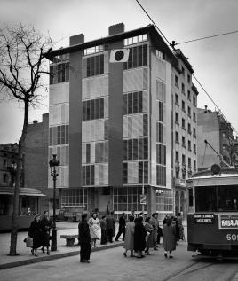 Жилой дом - образец архитектуры 50-х архитектора Жозепа Антони Кодерха (Josep Antoni Coderch)